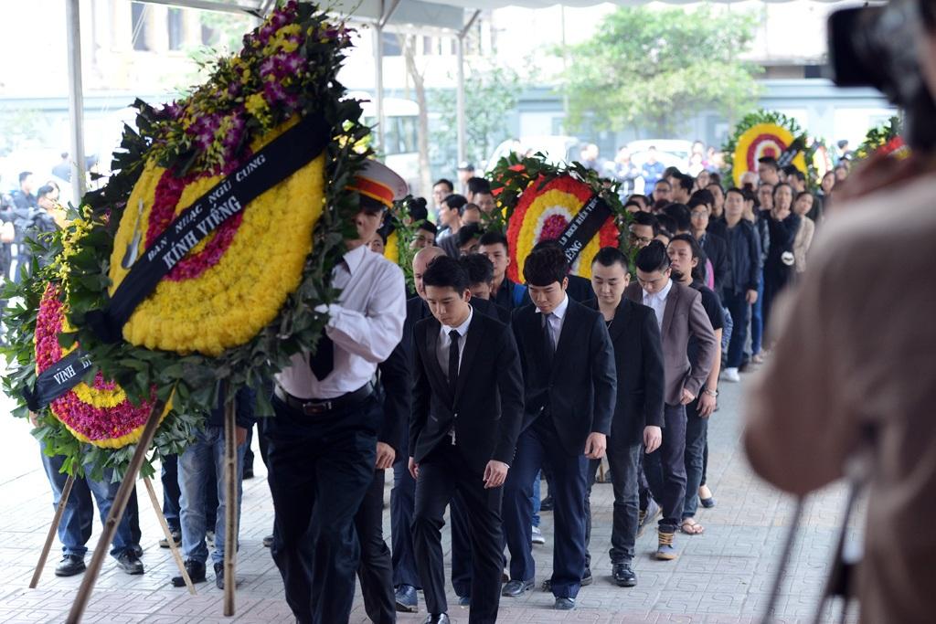 Vòng hoa của ban nhạc Ngũ Cung viếng ca nhạc sĩ Trần Lập.