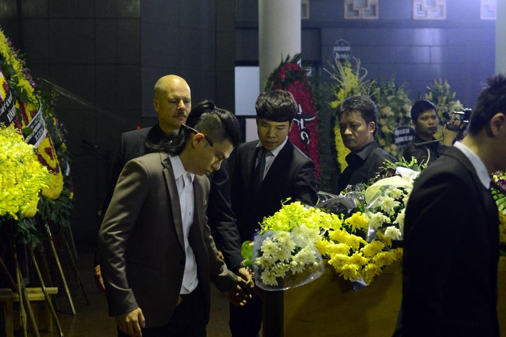 Rất đông anh em, bạn bè, đồng nghiệp đã nghẹn ngào khi kể lại những kỷ niệm với Trần Lập. Ảnh: Mạnh Thắng.