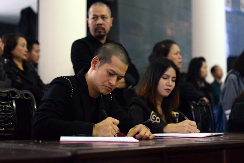 Đạo diễn Việt Tú ghi sổ tang. Ảnh: HD.