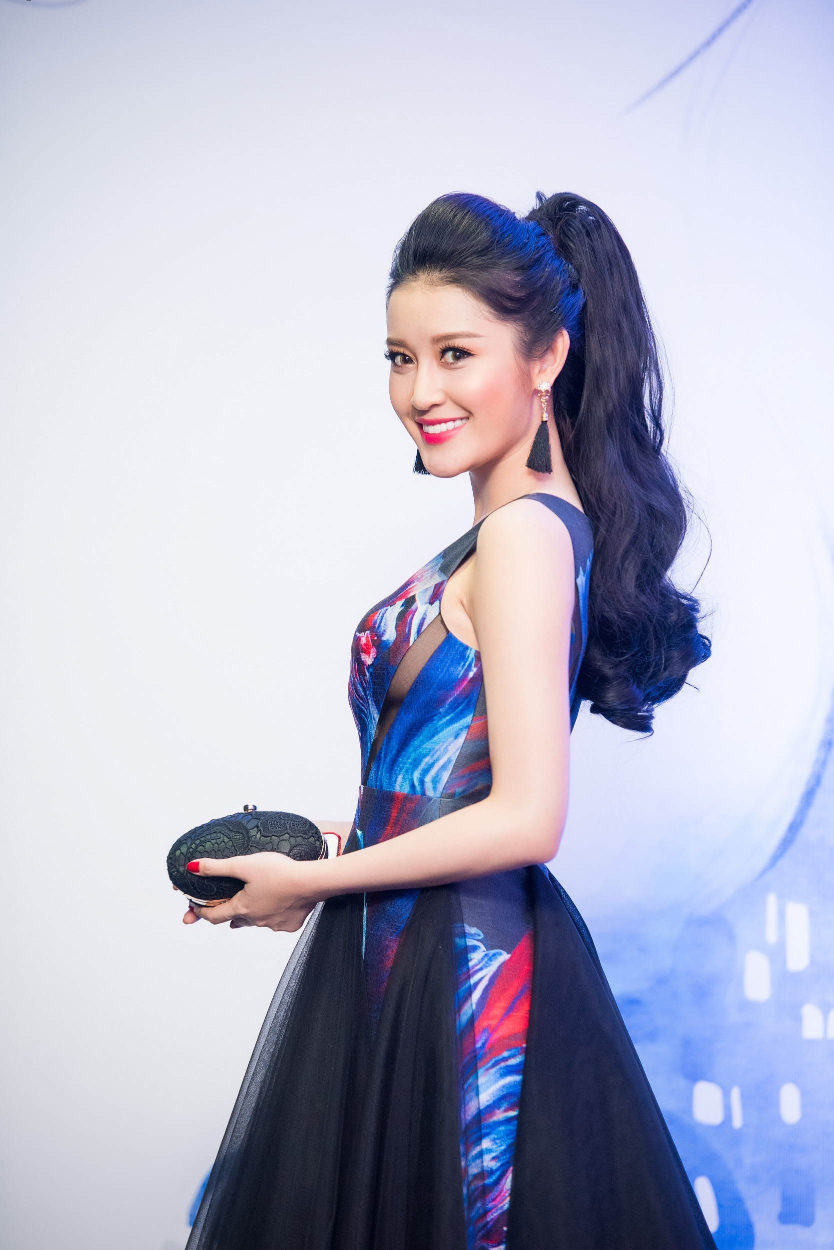 Hoa hậu Thu Thuỷ bất ngờ tái xuất với váy hở lưng đầy gợi cảm - 3