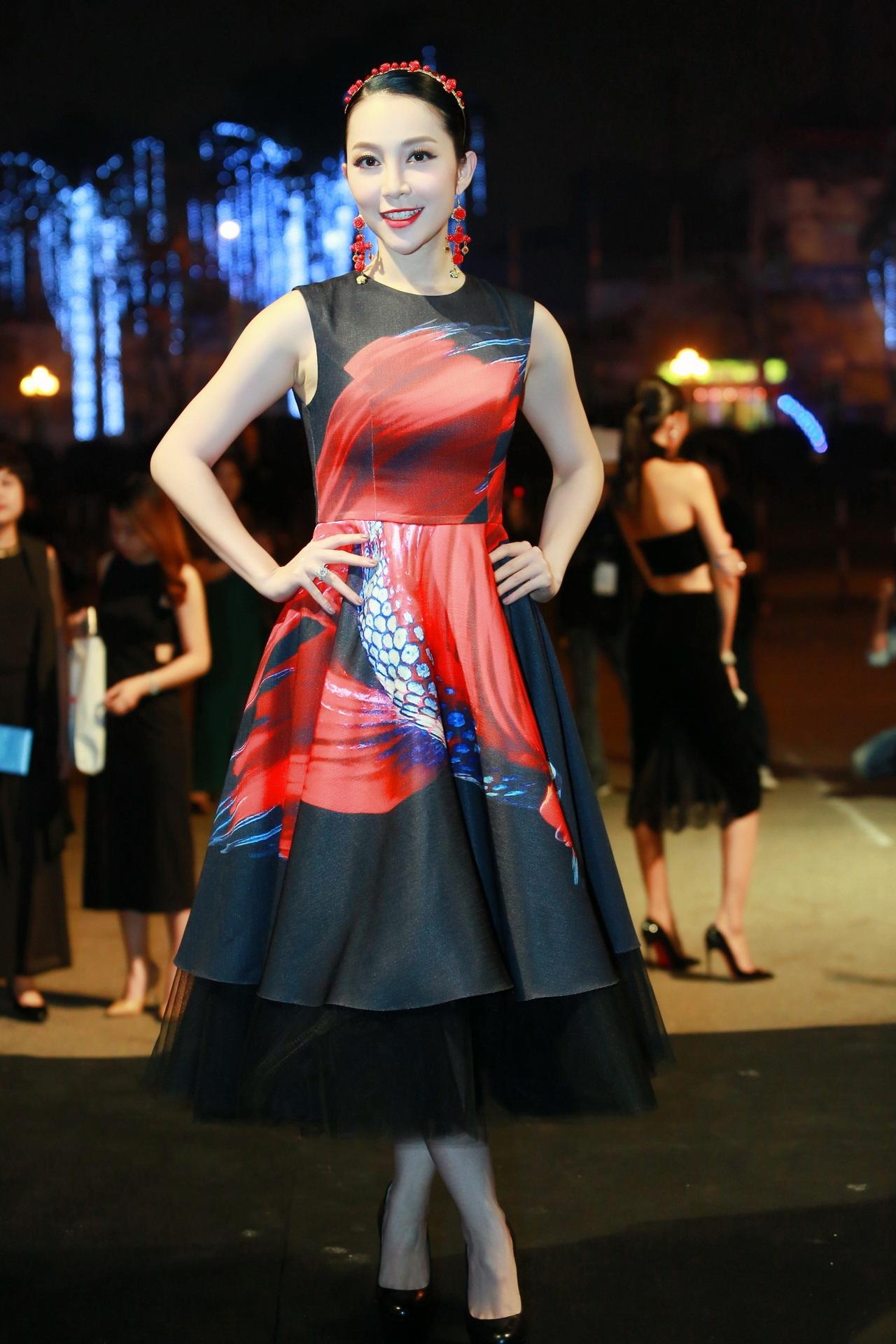 Linh Nga rạng rỡ trong chiếc đầm hoạ tiết tinh tế. Cô cũng góp mặt trong sự kiện với tư cách nghệ sĩ múa mở màn.