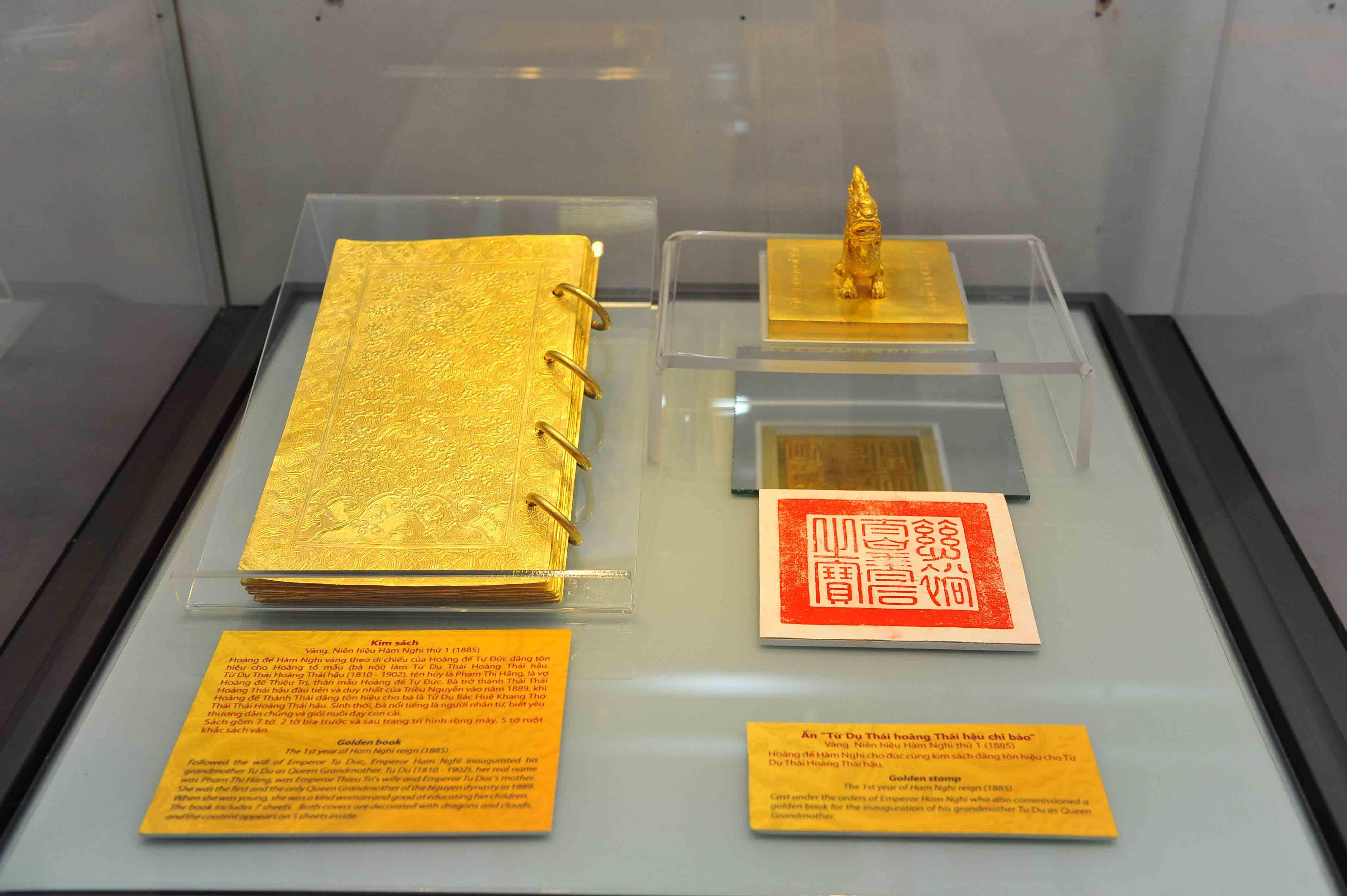 Cận cảnh bản kim sách bằng vàng và ấn bằng vàng của triều Nguyễn được trưng bày sáng 31/3.