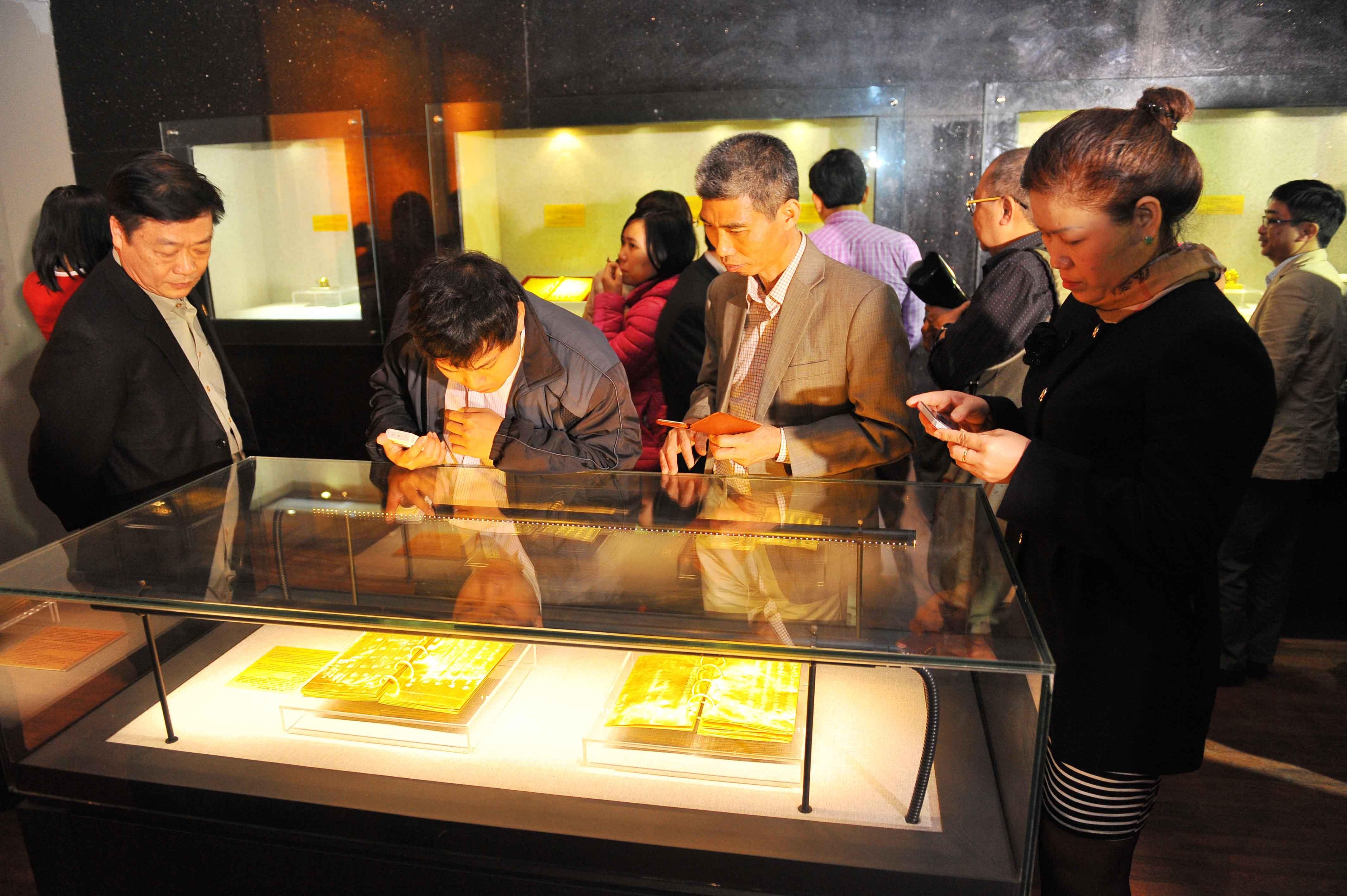 Nhiều khách đến tham quan đã không bỏ qua cơ hội chụp lại hình ảnh những cuốn kim sách quý hiếm.