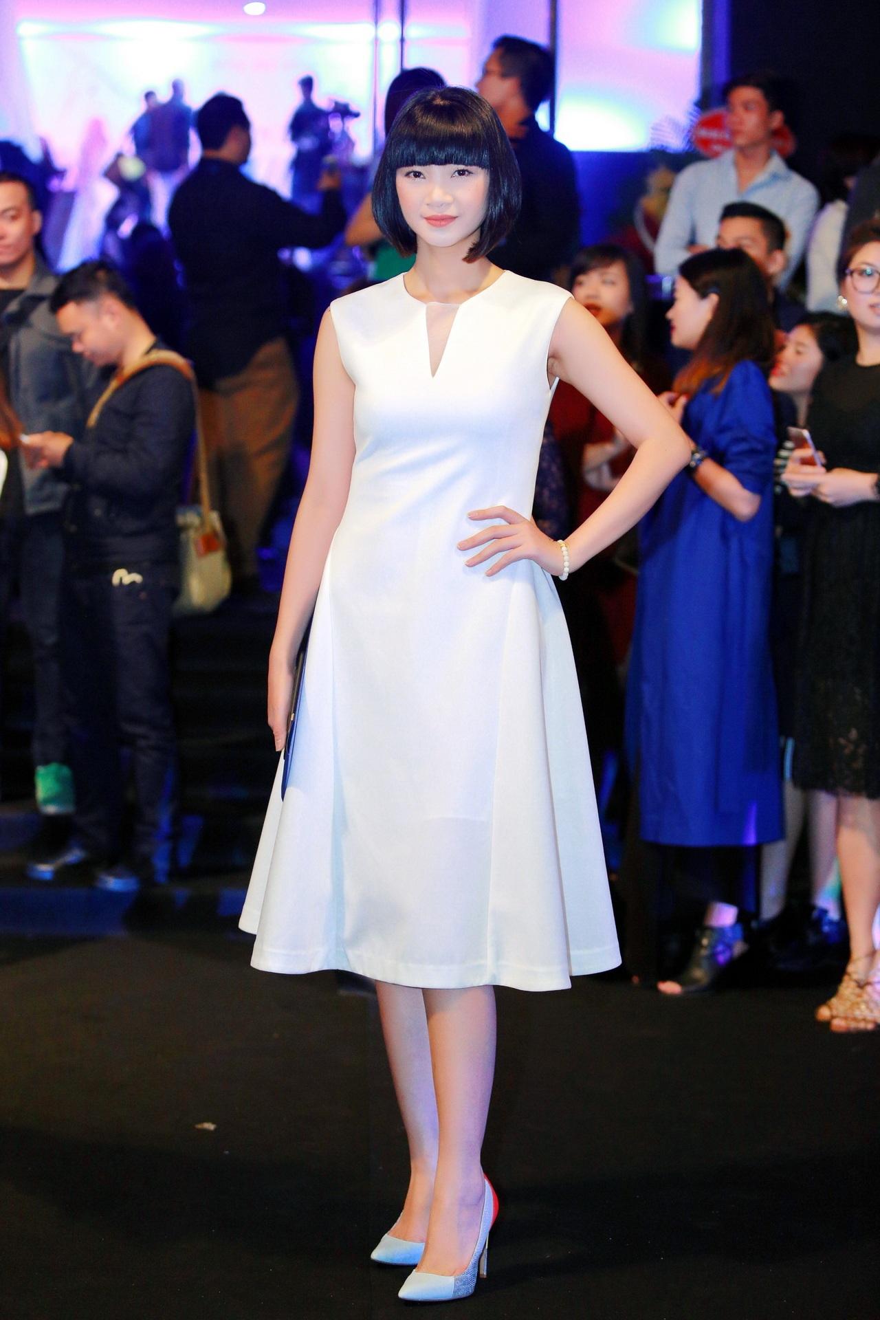 Siêu mẫu Hạ Vy thanh thoát với đầm trắng.
