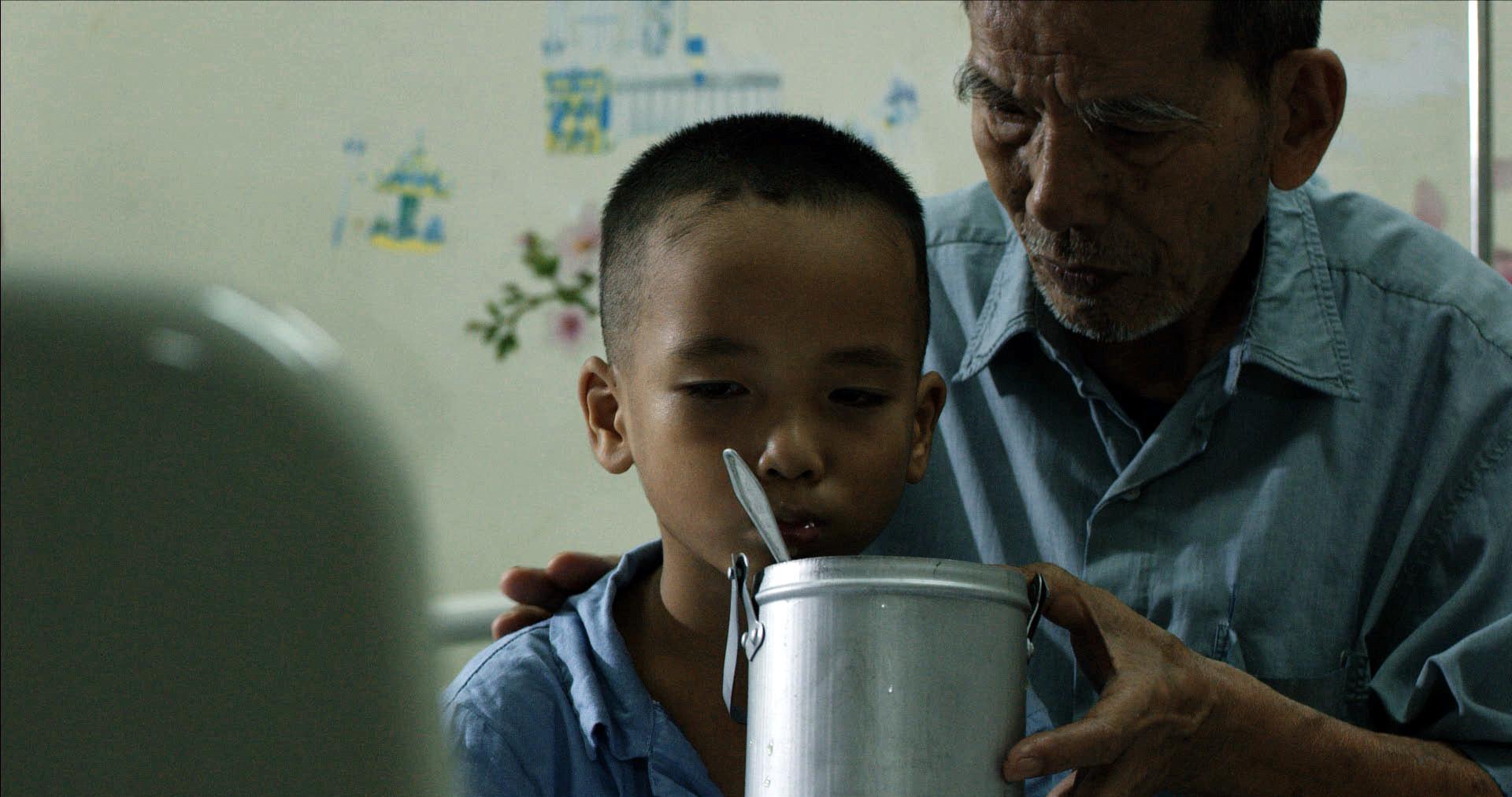 Cảnh NSƯT Trần Hạnh (vai ông ngoại) đi trộ gà về nấu cháo cho cháu.