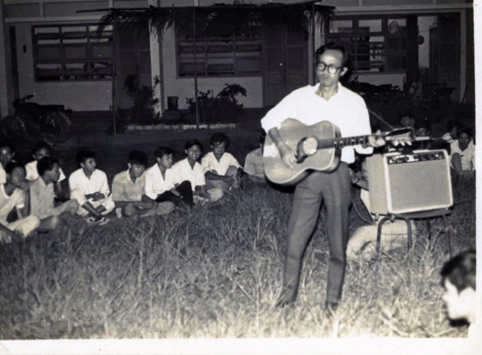 Cố nhạc sỹ với hình ảnh đề đời bên cây đàn ghi ta, say sưa đệm đàn và hát cho sinh viên nghe. Ảnh: TL.