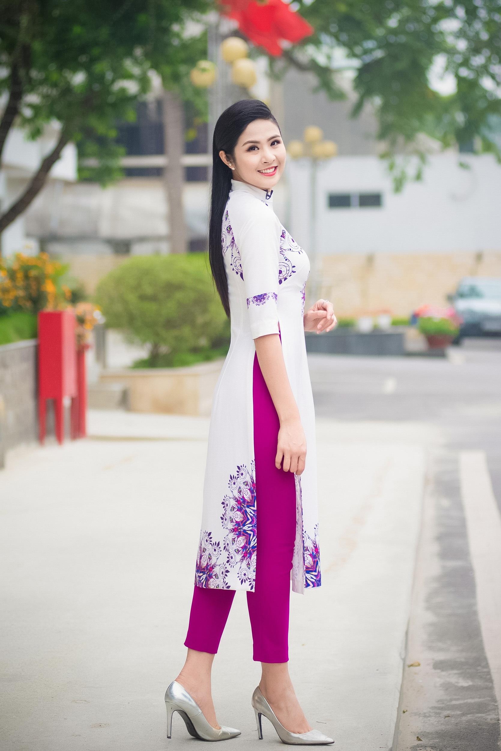 Mới đây, Ngọc Hân nhận lời tham gia một chương trình của VTV. Trong buổi ghi hình cùng MC Anh Tuấn, Hoa hậu chia sẻ về danh sách bài hát cô yêu thích và gắn liền với những kỷ niệm trong cuộc sống của cô.