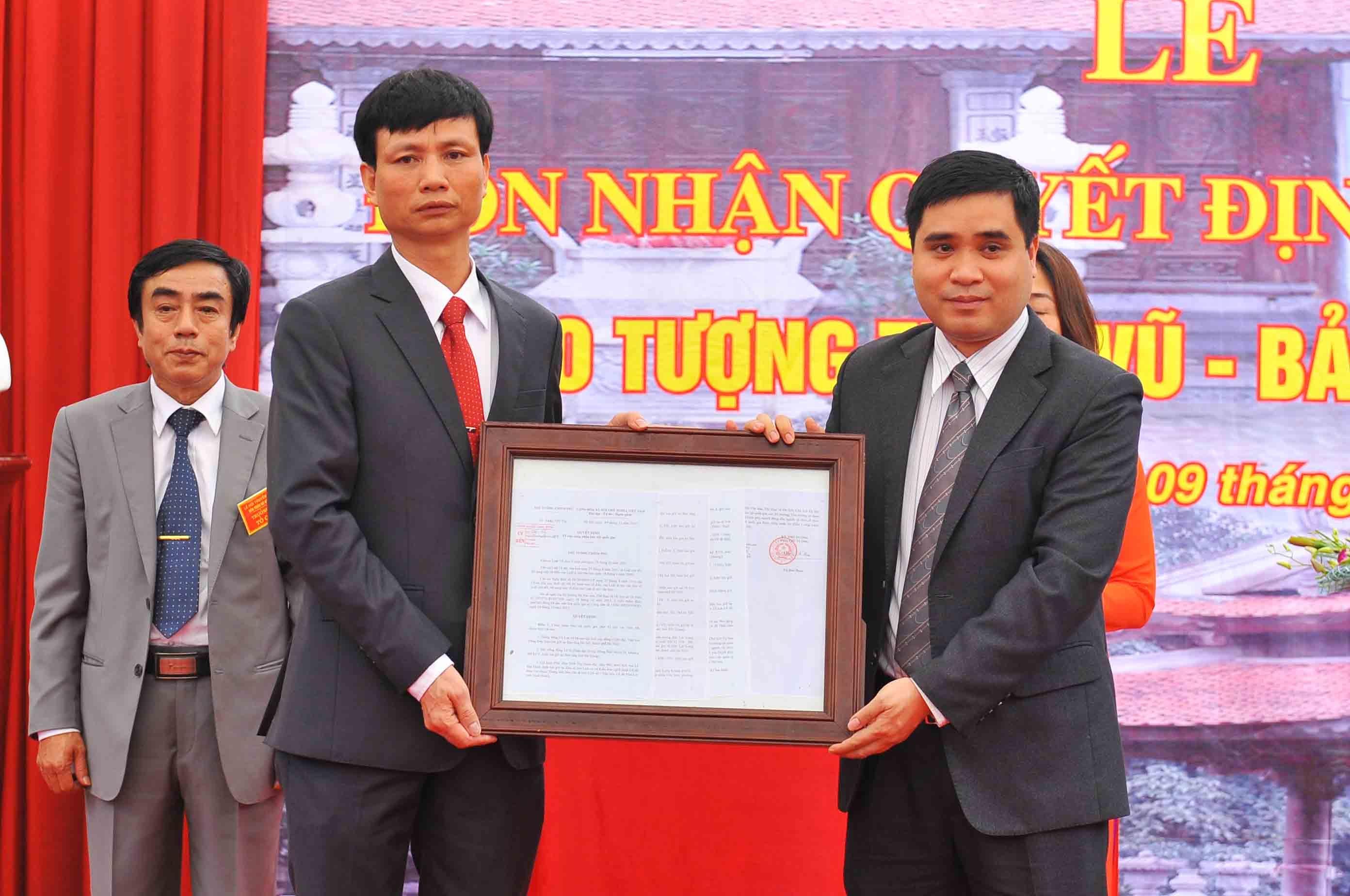 Đại diện chính quyền địa phương lên nhận Bằng công nhận Bảo vật quốc gia đối với pho tượng Huyền Thiên Trấn Vũ ( Ảnh: Đức Vũ)