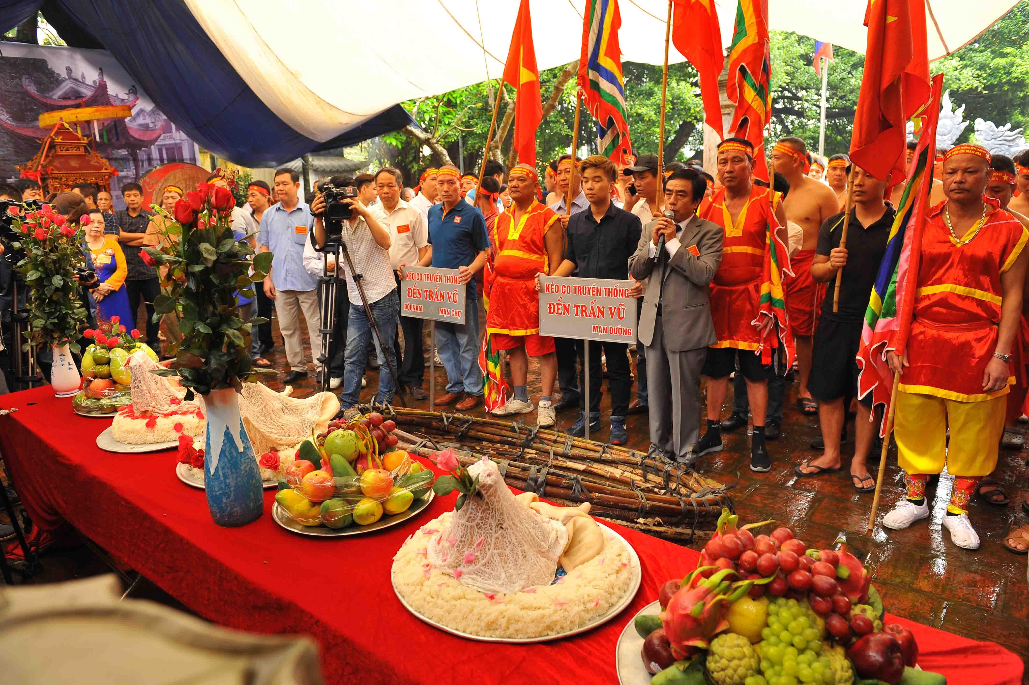 Hội kéo song mây, một trong những điểm nhấn không thể thiếu của lễ hội đền Trấn Vũ hàng năm (Ảnh: Đức Vũ)