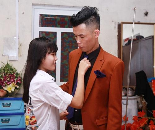 Con gái Hiệp Gà chỉnh sửa lại trang phục cho bố trước khi bước vào hôn lễ.