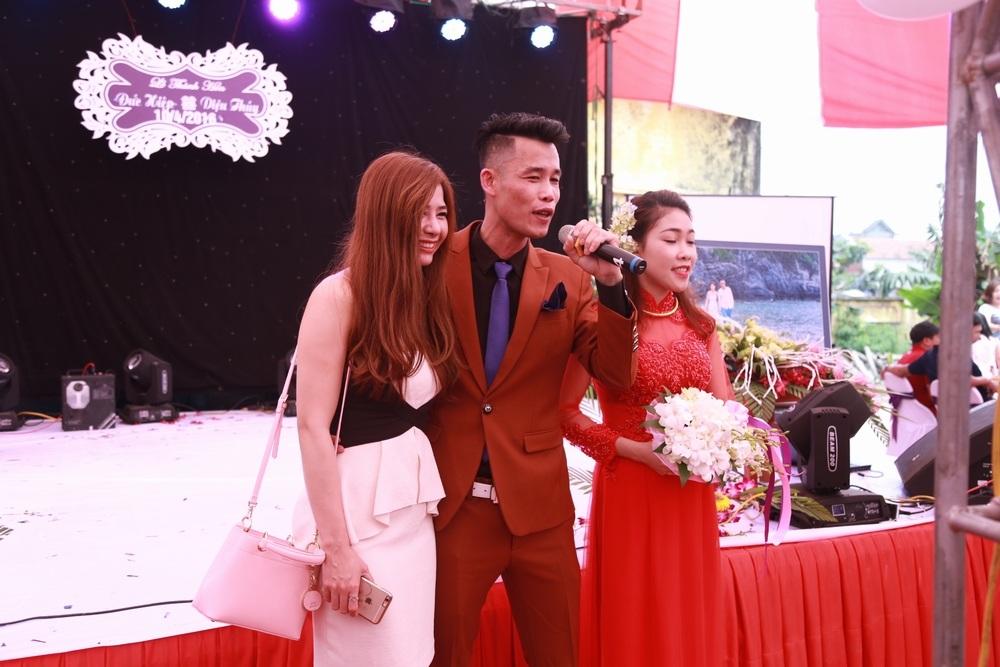 Ca sĩ Lưu Kỳ Hương cũng về Hưng Yên dự đám cưới đàn anh. Vợ chồng Hiệp Gà tỏ ra rất nâng niu từng vị khách đã dành thời gian về dự ngày vui của mình.