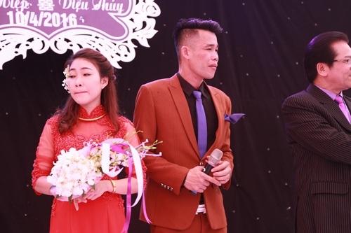 Những lời chia sẻ của vị hôn phu cũng khiến cô dâu Diệu Thuý bật khóc theo. Nhìn cảnh vợ chồng trẻ nức nở trong ngày trọng đại của mình, nhiều vị khách cũng xúc động theo.