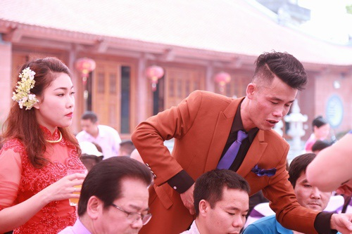 Cô dâu chú rể đi từng bàn để cụng ly và nói lời cám ơn. Trong lễ cưới của Hiệp Gà có NSND Trần Nhượng, diễn viên Phan Anh, Công Dũng và rất nhiều ca sĩ miền Bắc đến dự.