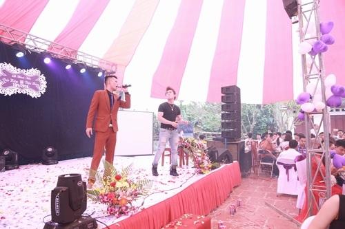 Nhiều bạn bè, đồng nghiệp và người hâm mộ đã không quản đường xá xa xôi đến chúc mừng hạnh phúc cho Hiệp Gà. Trong ảnh là cảnh ca sĩ Du Thiên cùng Hiệp Gà hát mừng quan khách đến dự đám cưới.
