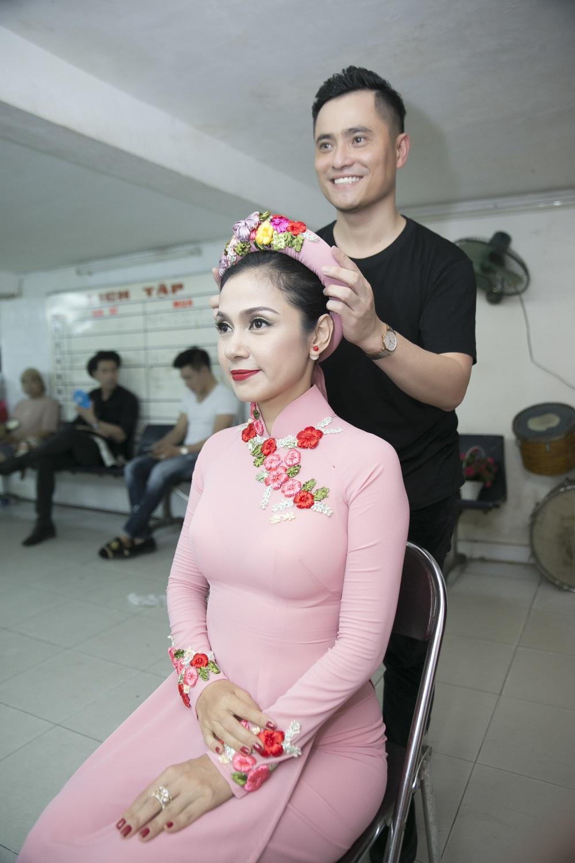 Vốn mang khuôn nét cổ điển, man mác buồn… nên người thiết kế trang phục cho Việt Trinh luôn phải biết giúp cô che bớt những khuyết điểm trên khuôn mặt.