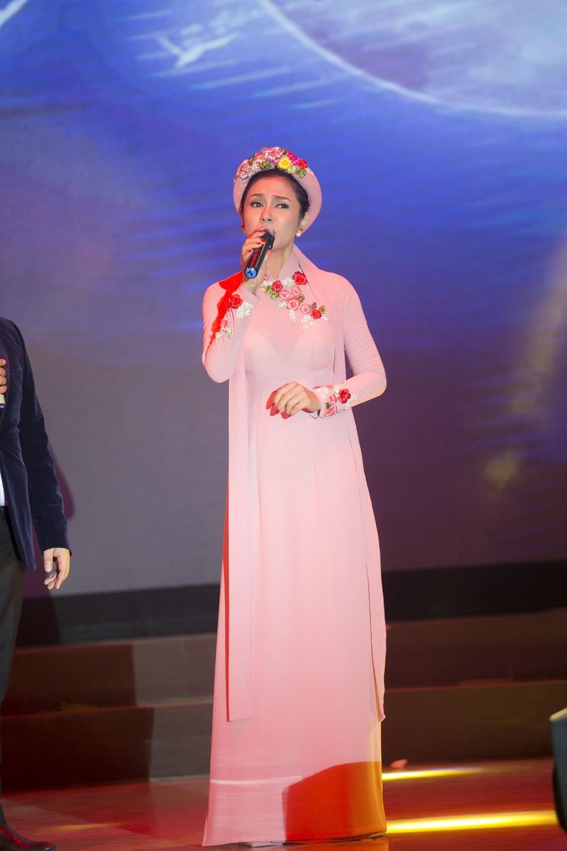 Sự duyên dáng của Việt Trinh trên sân khấu cùng tà áo thướt tha đã làm nức lòng người xem.
