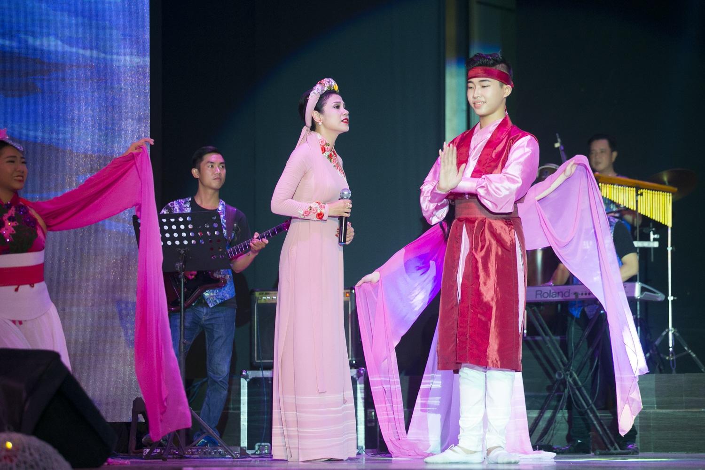 Việt Trinh diện áo dài kết hoa song ca với Quang Lê - 7