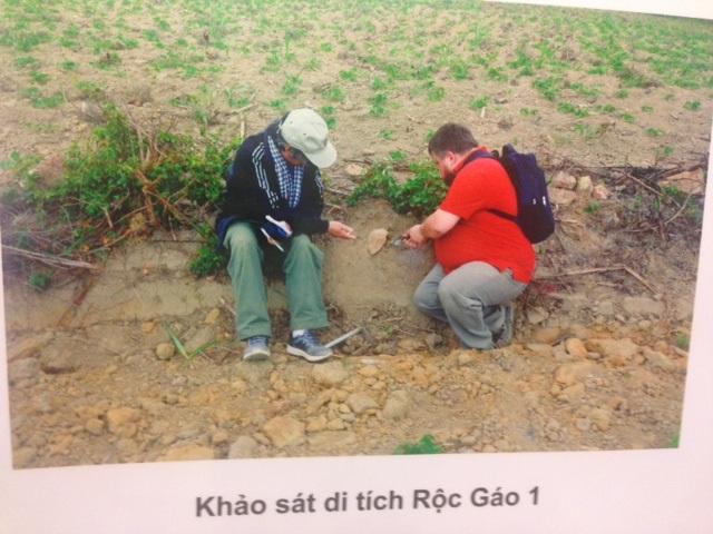 Cảnh các chuyên gia khai quật khảo cổ tại các điểm khảo sát di tích ở An Khê. Ảnh: HTL.