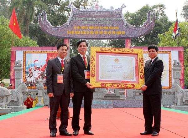 Lãnh đạo chính quyền huyện Phúc Thọ và xã Hát Môn nhận bằng Di sản văn hóa phi vật thể quốc gia.