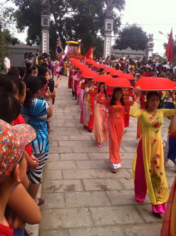 Lễ dâng bánh trôi, một trong những nghi lễ không thể thiếu của lễ hội đền Hát Môn. Ảnh: TL.