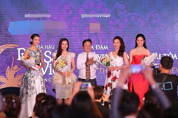 Nhà thơ Hồng Thanh Quang chụp ảnh lưu niệm cùng các Hoa hậu, Á hậu. Ảnh: HTQ.
