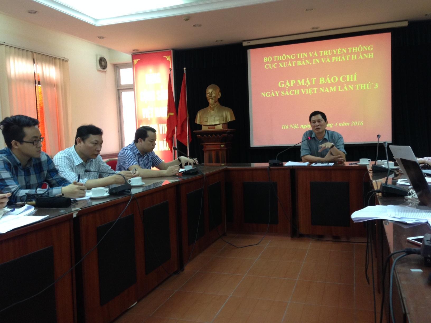 Ông Chu Hoà - Cục trưởng Cục Xuất bản, In ấn và Phát hành đang chia sẻ thông tin với báo chí về Ngày Sách Việt Nam lần thứ 3. Ảnh: HTL.