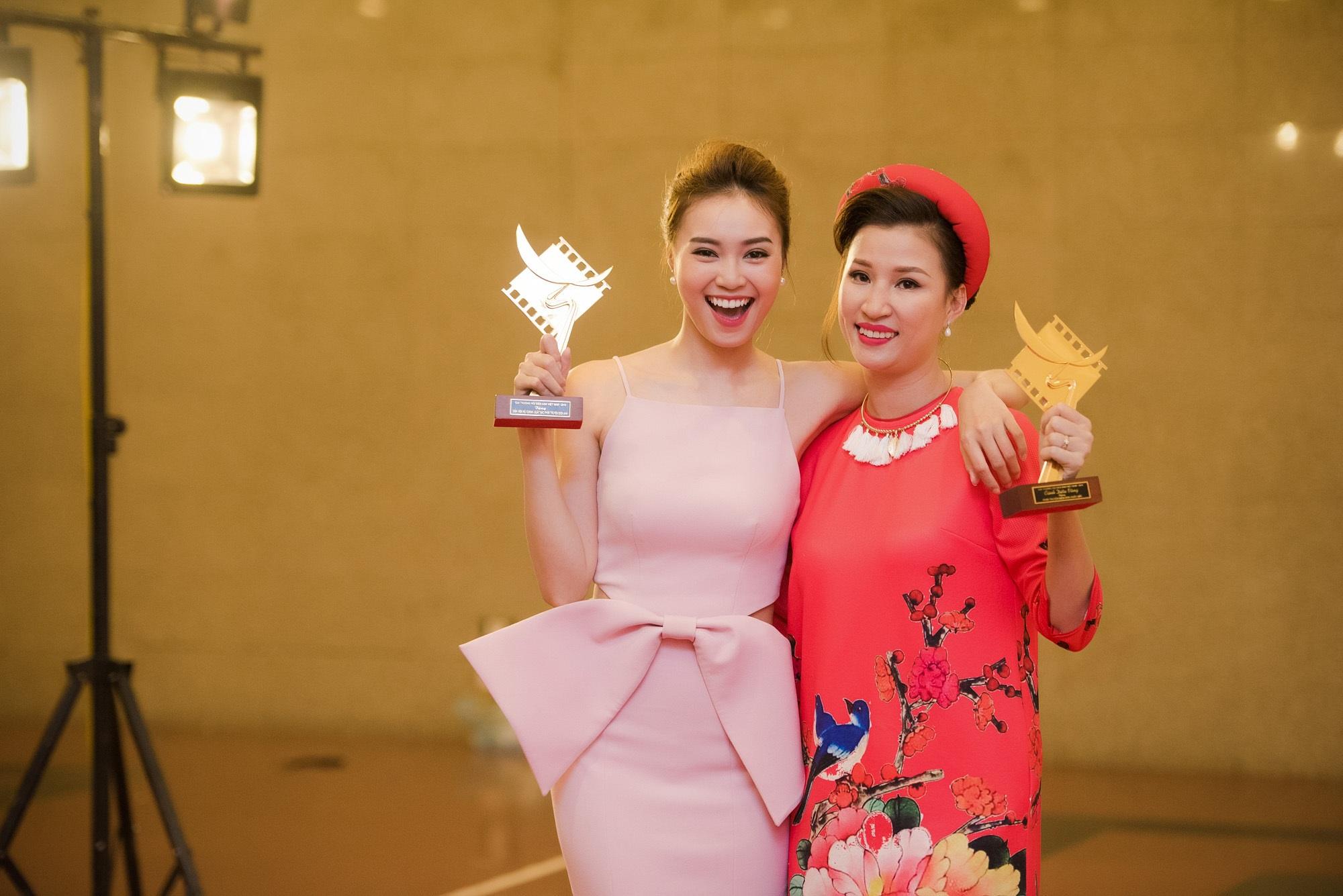 Lan Ngọc và đại diện nhà sản xuất Trung số vỡ òa niềm vui vì phim đạt giải Cánh diều Vàng. Ảnh: LCL.
