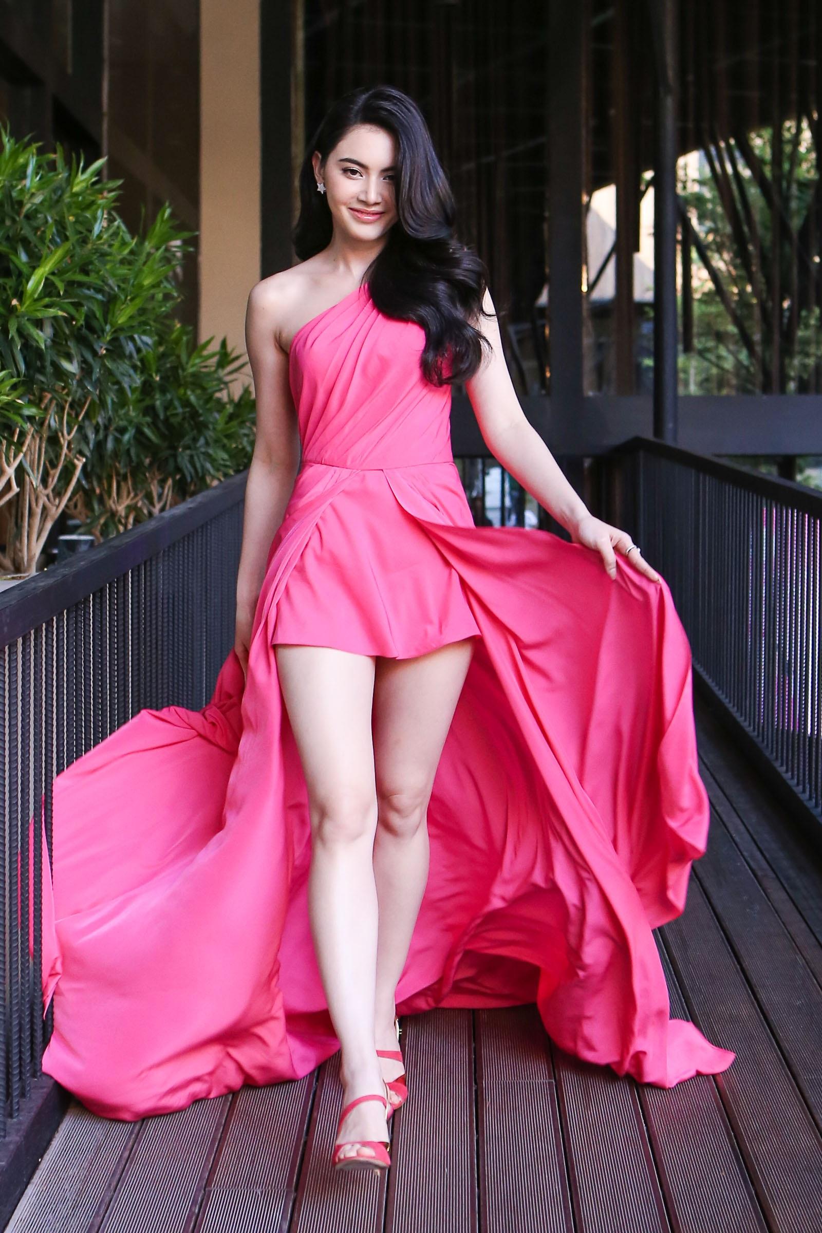 Mỹ nhân đẹp nhất Thái Lan đọ dáng cùng Tú Vi - 1