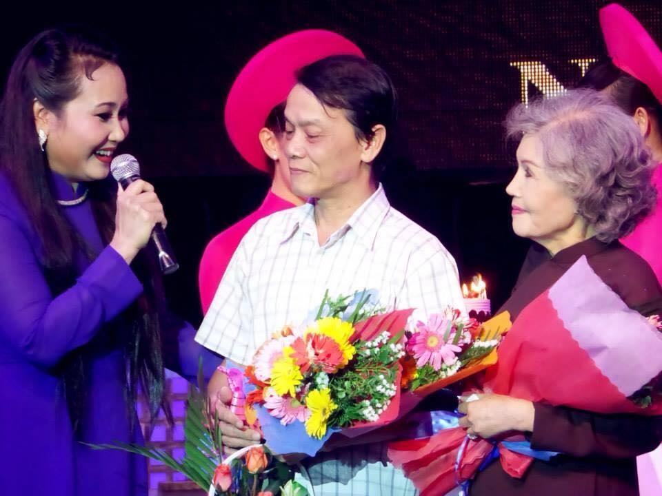 Soạn giả Hoàng Song Việt (giữa) và NSƯT Út Bạch Lan trong một sự kiện về cải lương. Ảnh: NV.