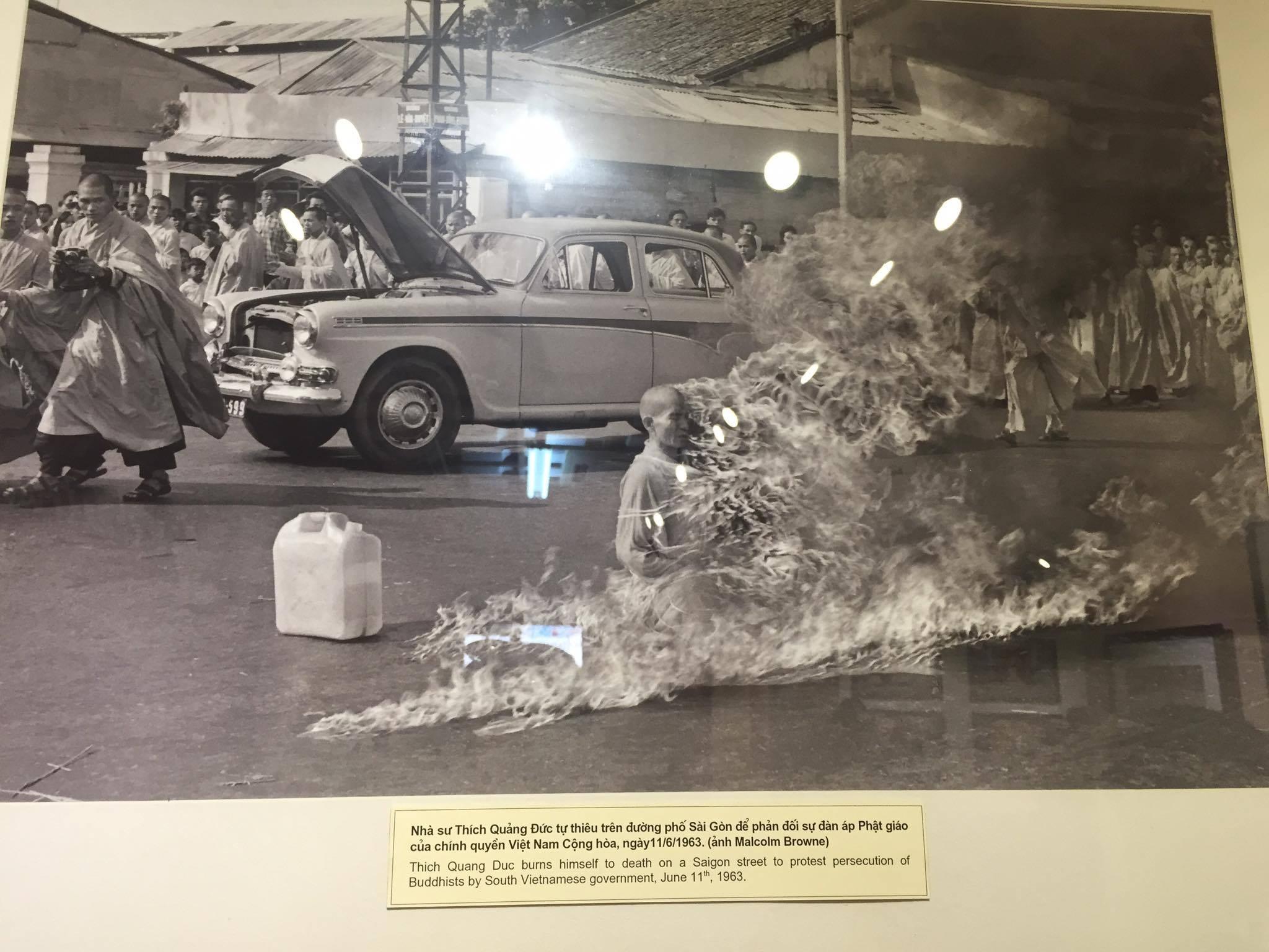 Ngày 11/6/1963, tại Sài Gòn, nhà sư Thích Quảng Đức tự thiêu để phản đối sự đàn áp Phật giáo của chính quyền Việt Nam Cộng hòa (ảnh chụp lại từ triển lãm).
