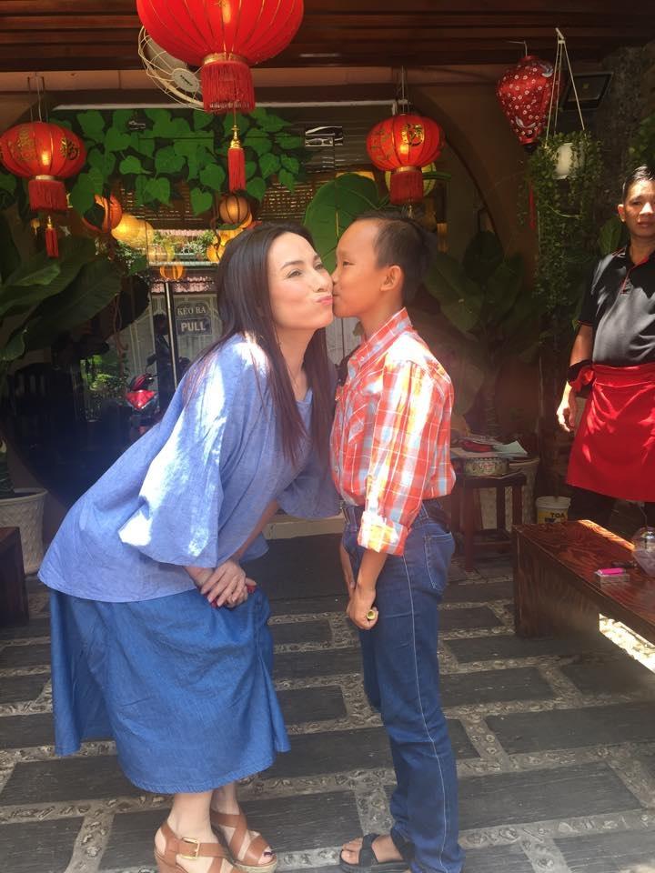 Từ lâu Phi Nhung đã xem công việc thiện nguyện như sứ mệnh của mình. (Ảnh: Bé Cường thể hiện tình cảm với mẹ Nhung).