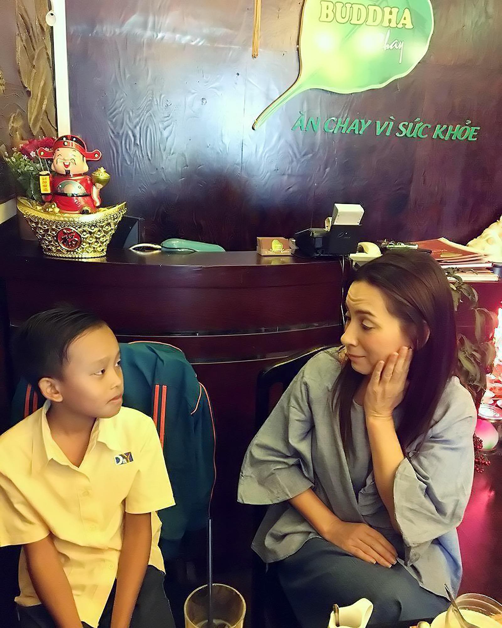 Phi Nhung gần gũi hỏi chuyện bé Cường. Chị quyết định nhận tài trợ cho cậu bé học đến lớp 12.