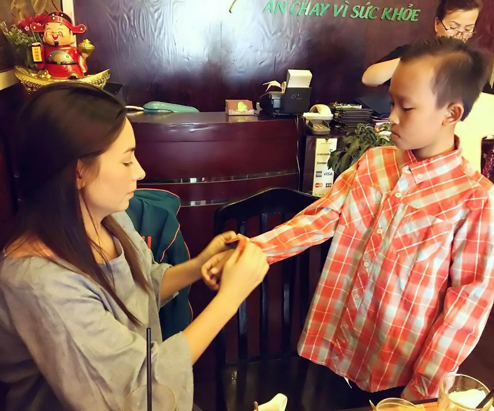 Phi Nhung tặng cho bé Cường một số quần áo mới.