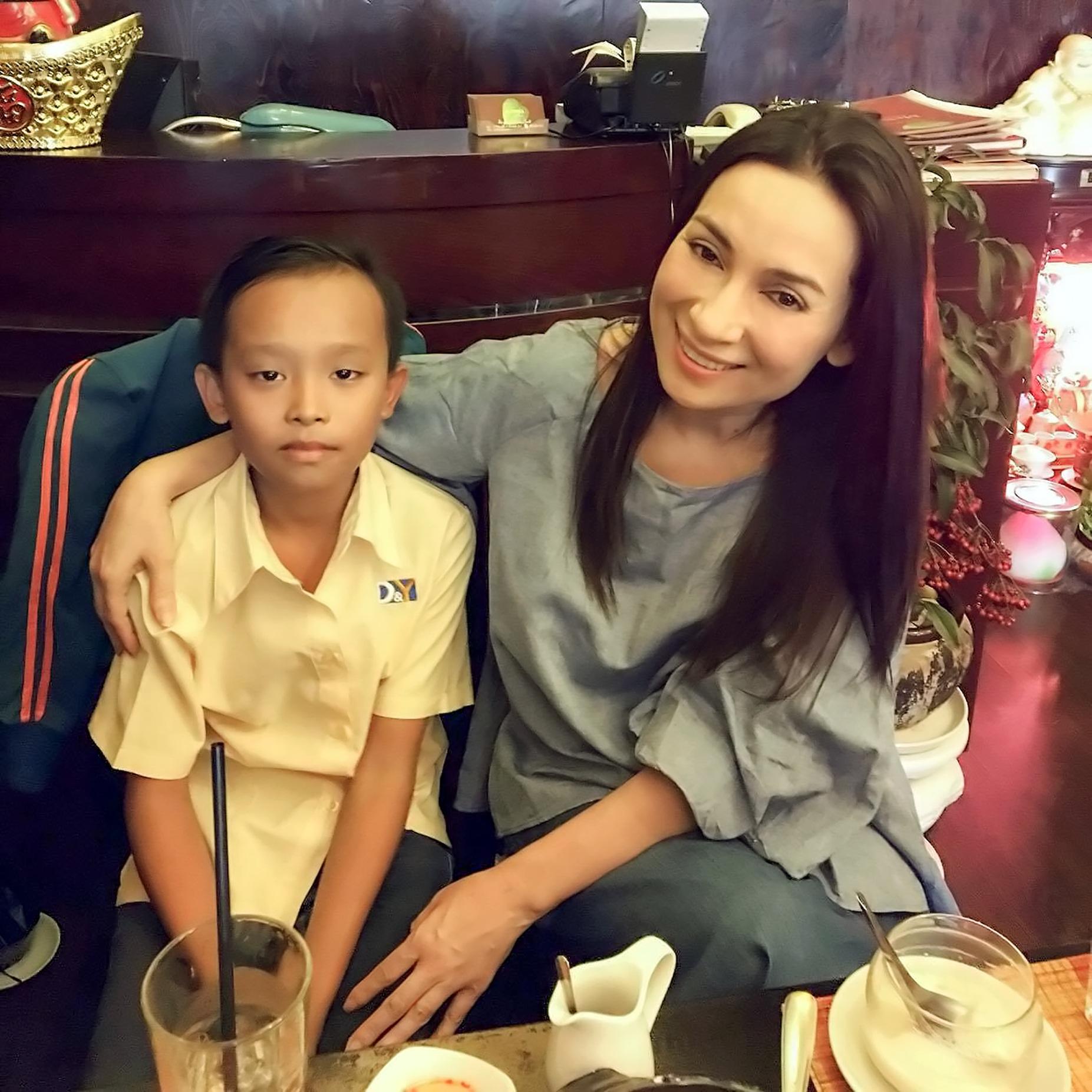 Ca sĩ Phi Nhung và bé Cường trong buổi gặp sáng 26/4.