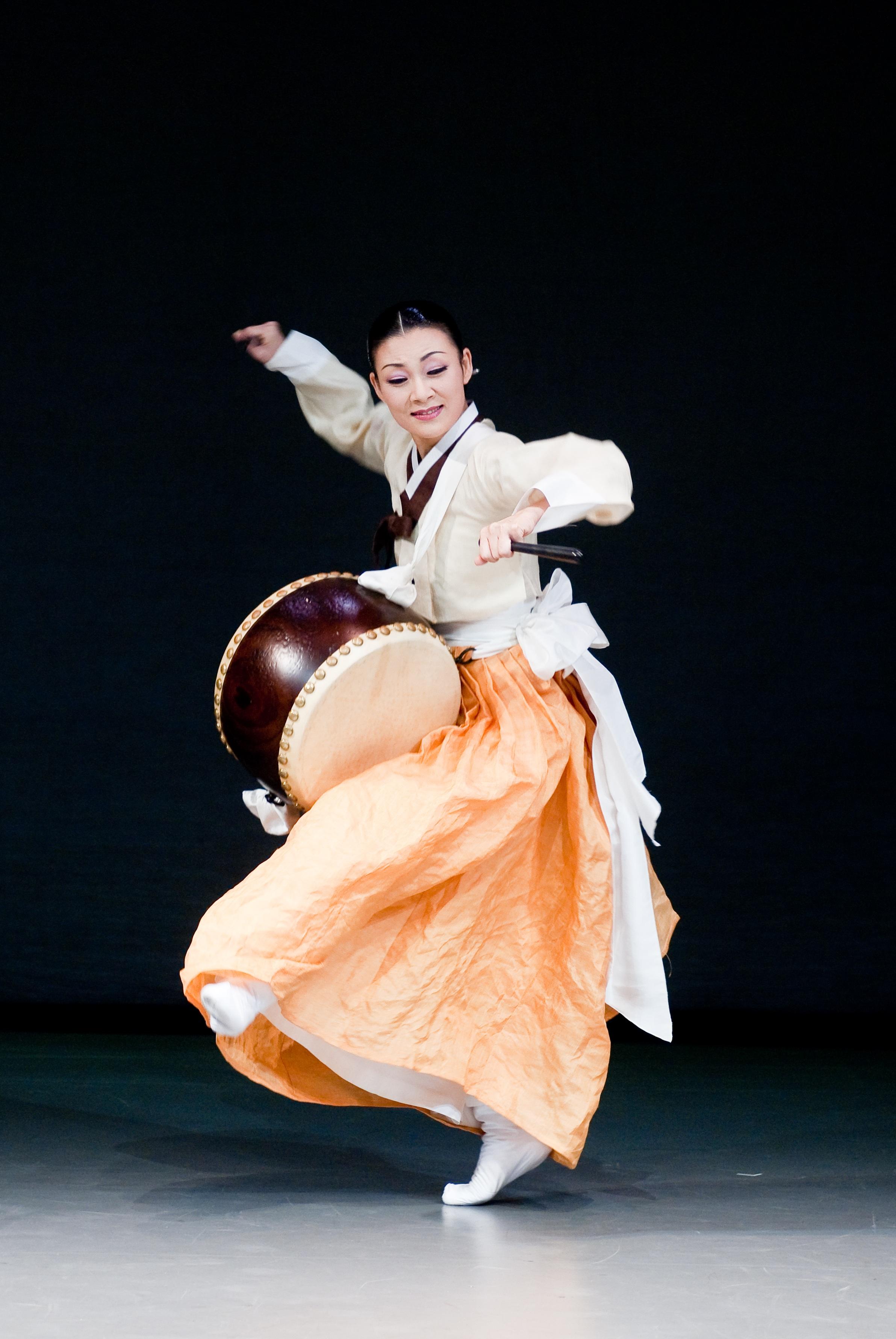 Không chỉ biểu diễn ở Hà Nội, đoàn múa nổi tiếng xứ Hàn còn biểu diễn trong Festival Huế 2016. Ảnh: NHTT.