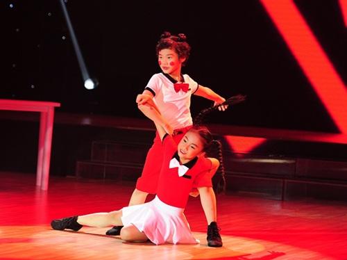 Hà My - Như Minh hóa thân thành hai chú hề trong tiết mục đêm bán kết 6, gây nhiều ấn tượng cho giám khảo lẫn khán giả. Ảnh: TL.