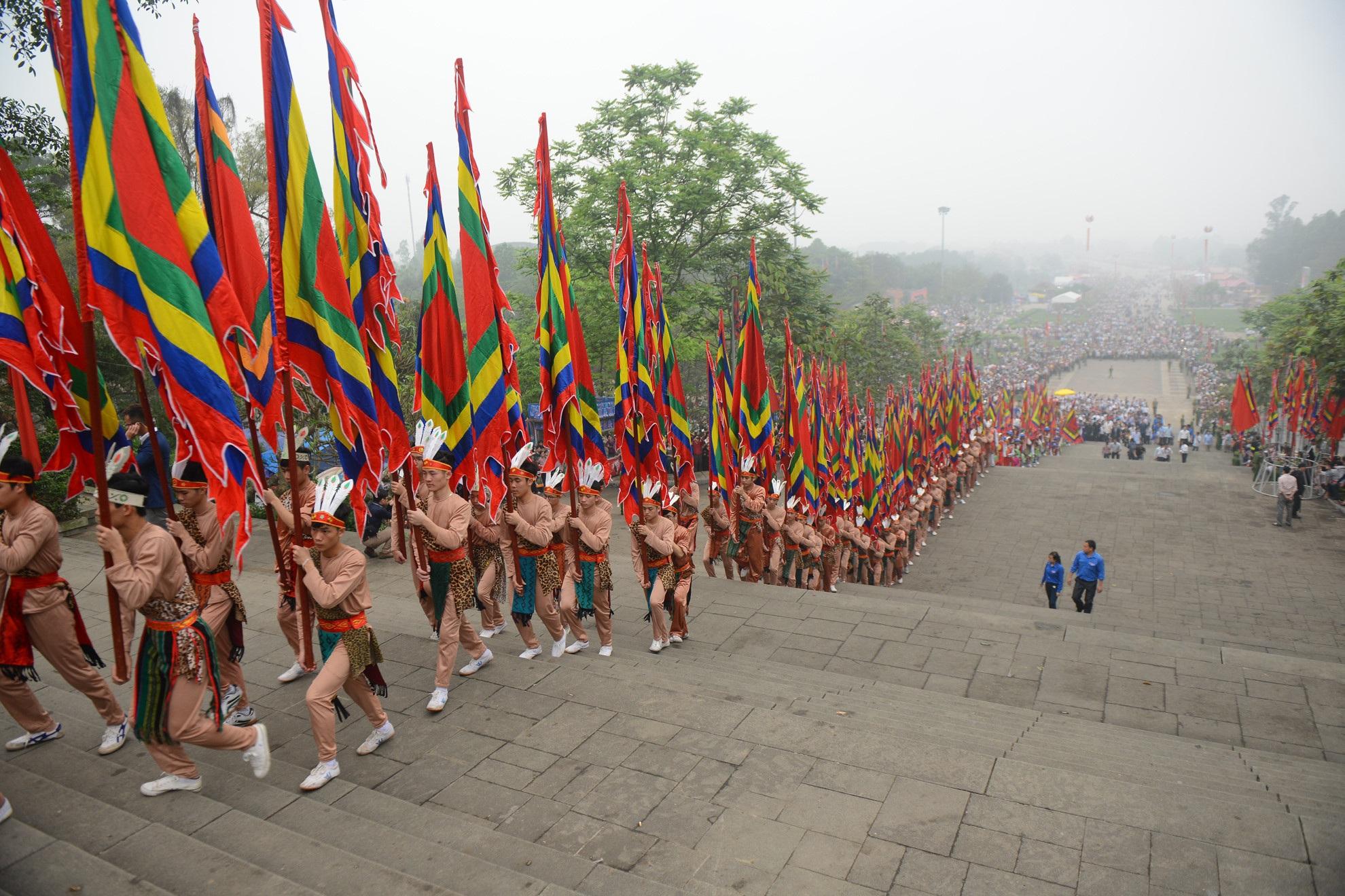 Theo họa sĩ Trần Khánh Chương, việc xây dựng tượng đài Vua Hùng trong khu vực quảng trường trước đền Hạ sẽ góp phần giảm tải cho các di tích thờ tự vua Hùng trên núi. Ảnh: TL.