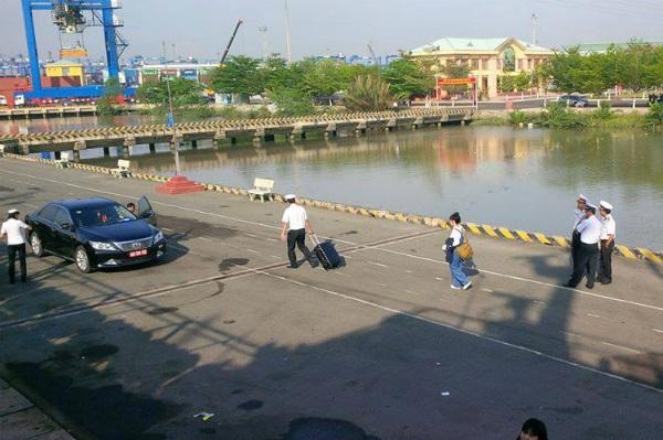 NSND Lan Hương được các chiến sĩ hải quân đưa trở lại đất liền sau khi rời tàu đi Trường Sa. Ảnh: TL.