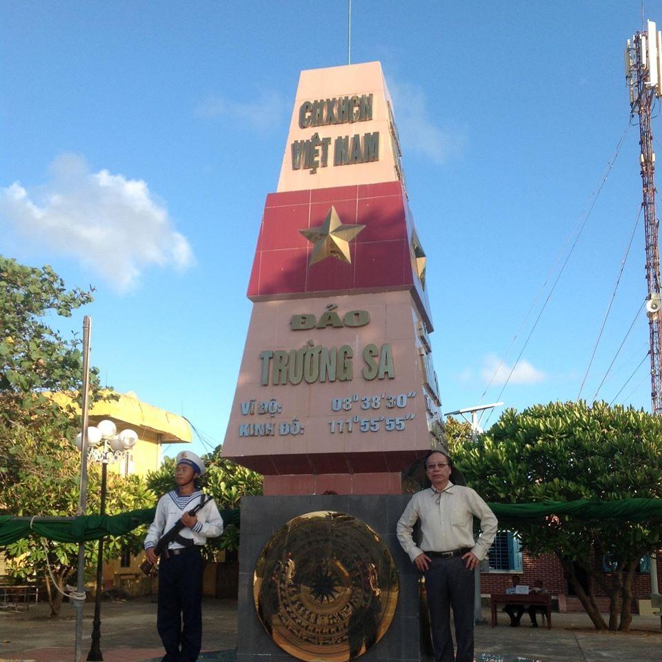 NSND Tiến Thọ chụp ảnh lưu niệm tại đảo Trường Sa lớn năm 2014. Ảnh: TT.