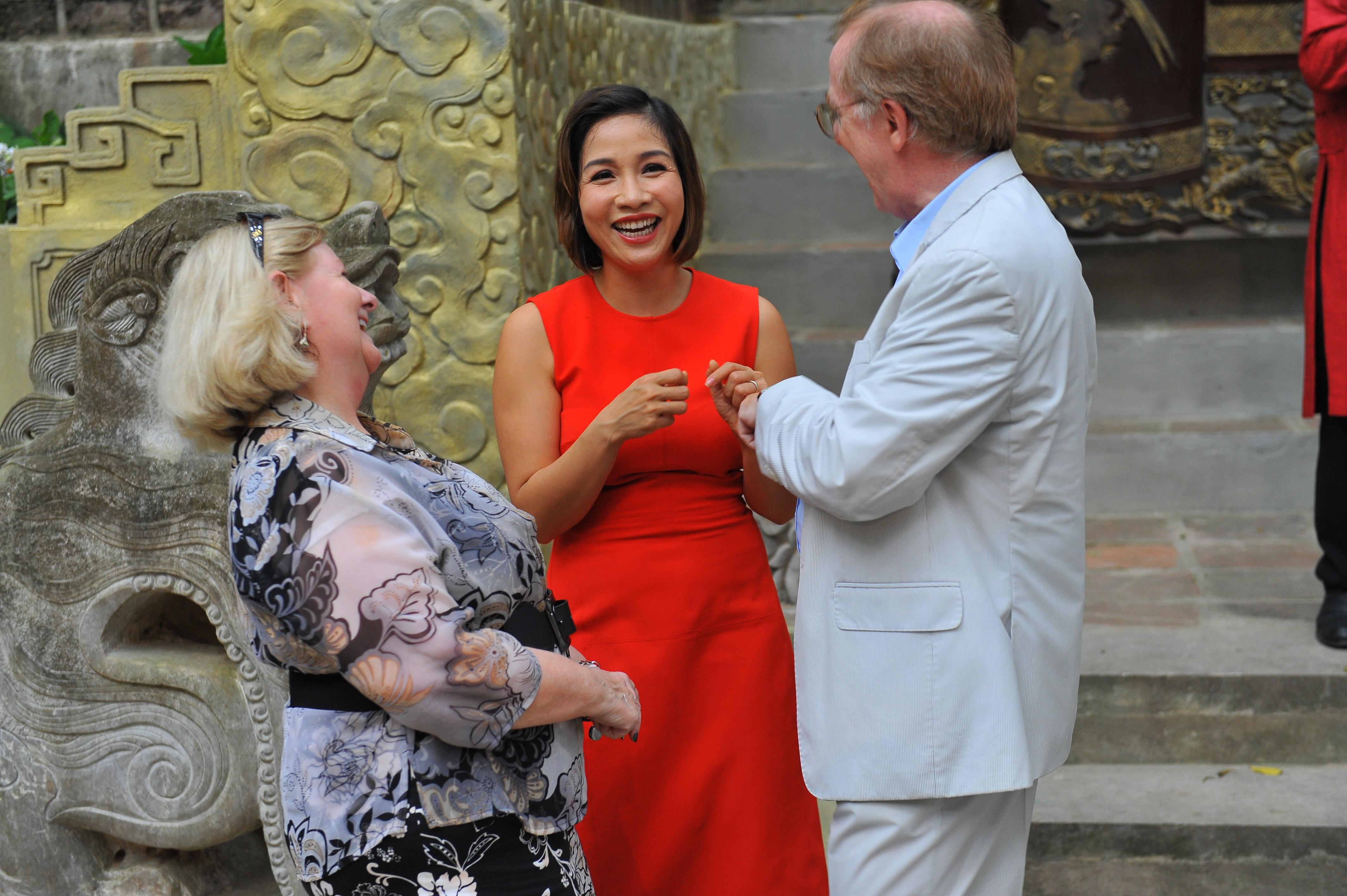Ca sĩ Mỹ Linh trò chuyện với khách đến dự tiệc mừng sinh nhật 15 năm Việt Phủ Thành Chương.