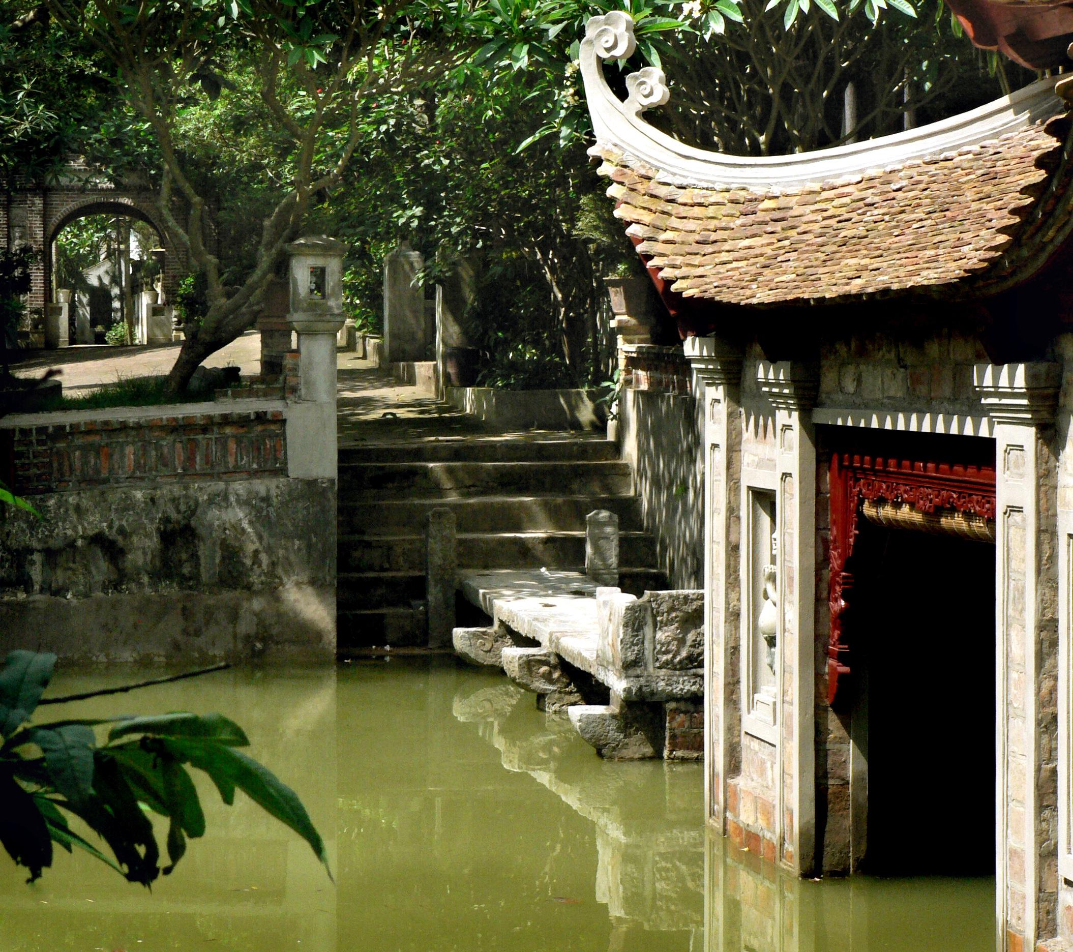 Trong khuôn viên rộng 8000m2 không chỉ có những mái nhà thuần Việt mà còn có cả thủy đình biểu diễn rối nước.