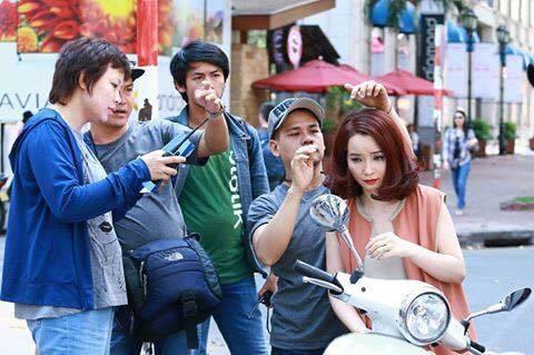Đặng Thái Huyền trao đổi với diễn viên Mai Thu Huyền trước khi bước vào một cảnh quay. Ảnh: THD.