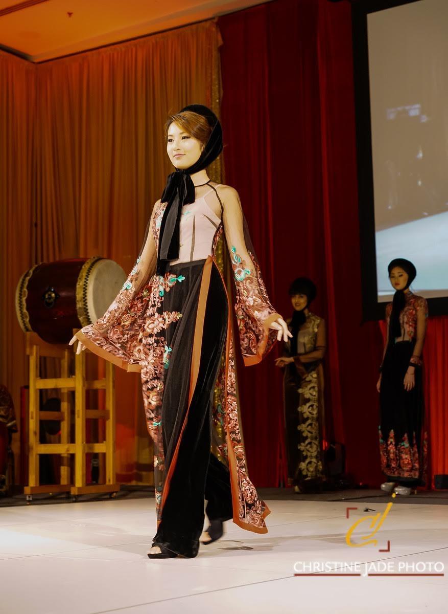 Áo dài của NTK Đức Hùng được người mẫu Tây trình  diễn tại Mỹ - 13