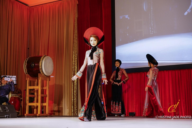 Áo dài của NTK Đức Hùng được người mẫu Tây trình  diễn tại Mỹ - 5