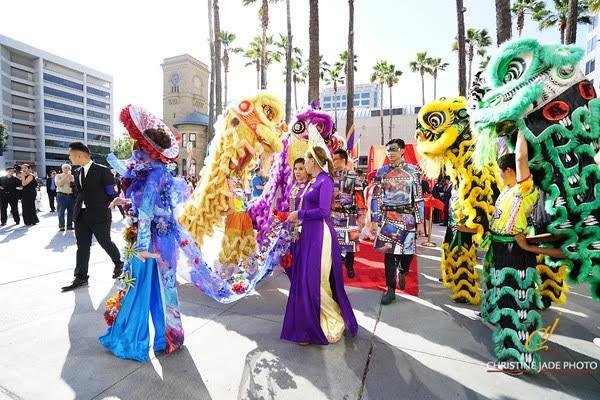Áo dài của NTK Đức Hùng được người mẫu Tây trình  diễn tại Mỹ - 3