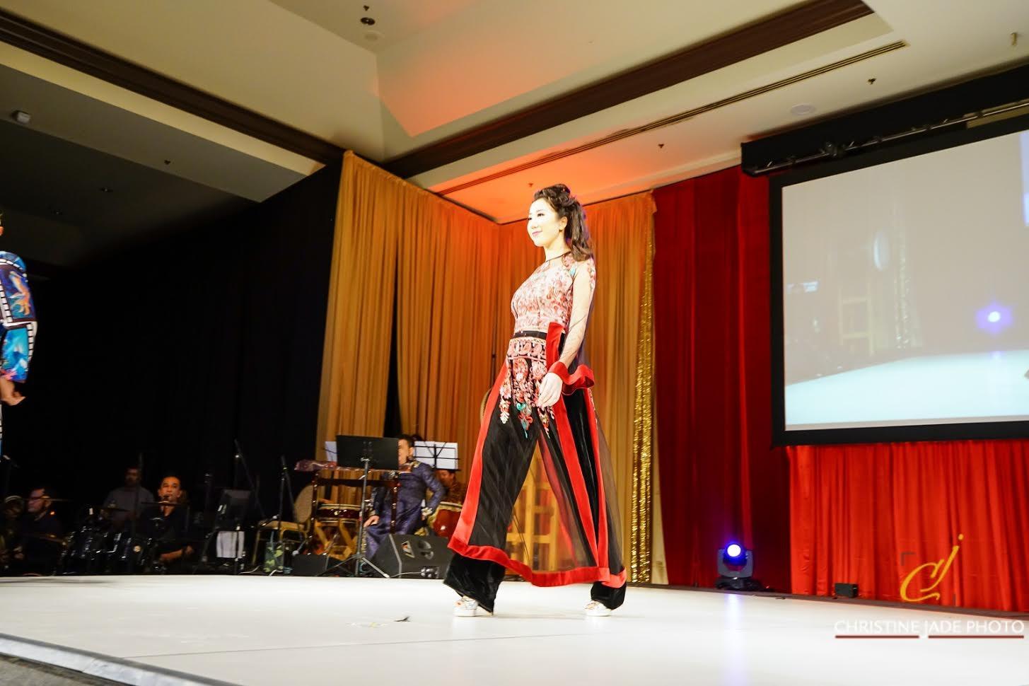 Áo dài của NTK Đức Hùng được người mẫu Tây trình  diễn tại Mỹ - 9