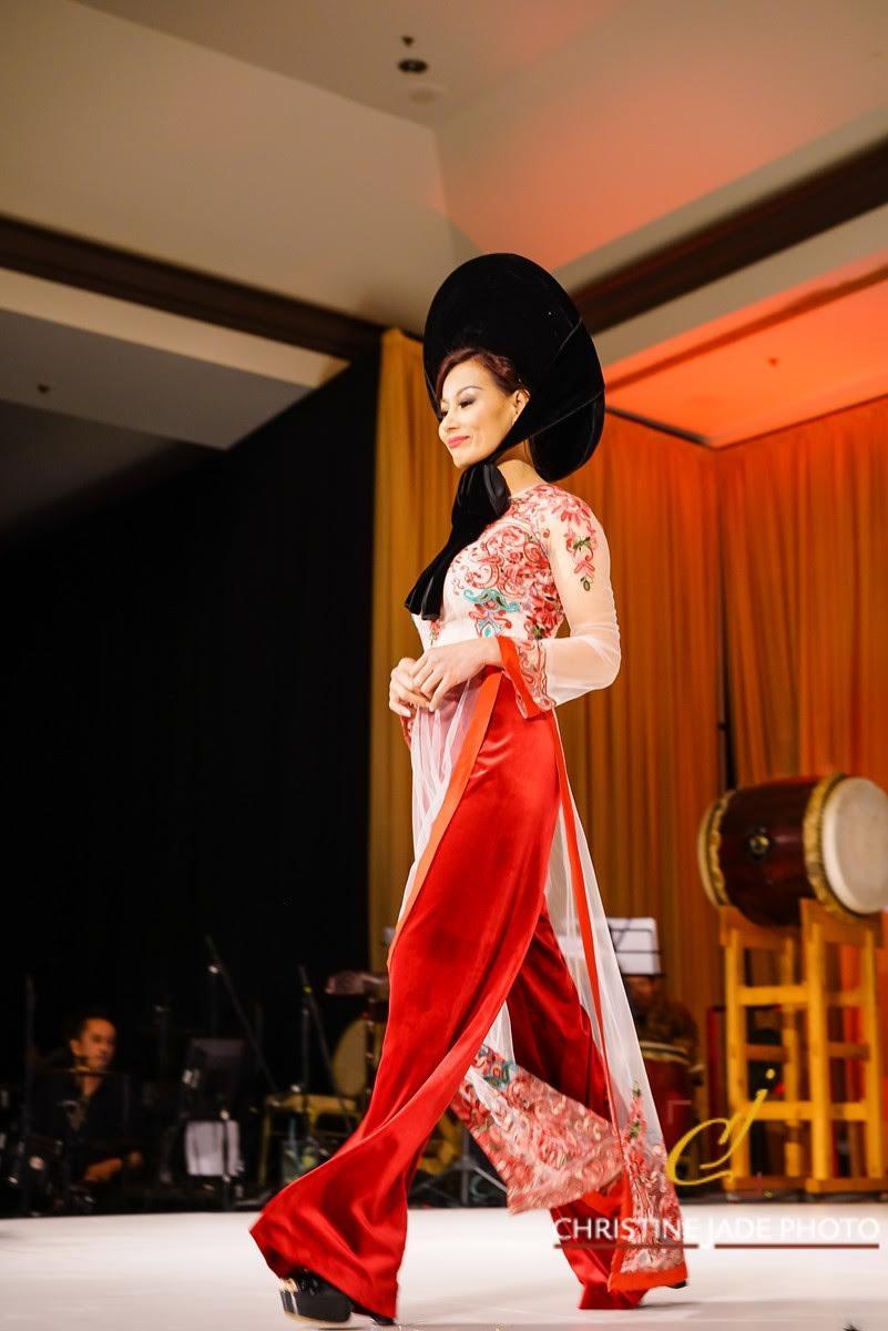 Áo dài của NTK Đức Hùng được người mẫu Tây trình  diễn tại Mỹ - 12