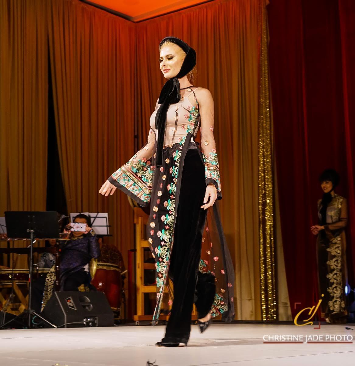 Áo dài của NTK Đức Hùng được người mẫu Tây trình  diễn tại Mỹ - 7