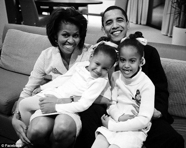 Bức ảnh ông Obama bình dị bên vợ và hai con khiến cả thế giới phải ngưỡng mộ về sự hạnh phúc và sự quan tâm gia đình của ông.
