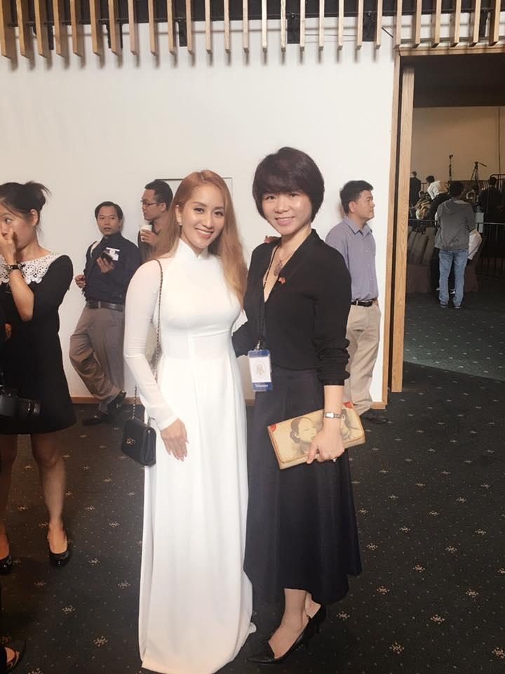 Khánh Thy đã chọn áo dài truyền thống để mặc khi tham dự sự kiện gặp gỡ Tổng thống Obama sáng nay. Ảnh: KT.